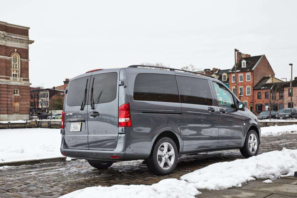 Mercedes unveils the metris the company 39 s latest for Mercedes benz mid size van