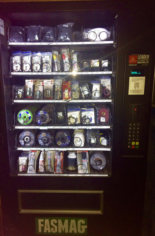 Vending machine that tracks technicians' use of supplies