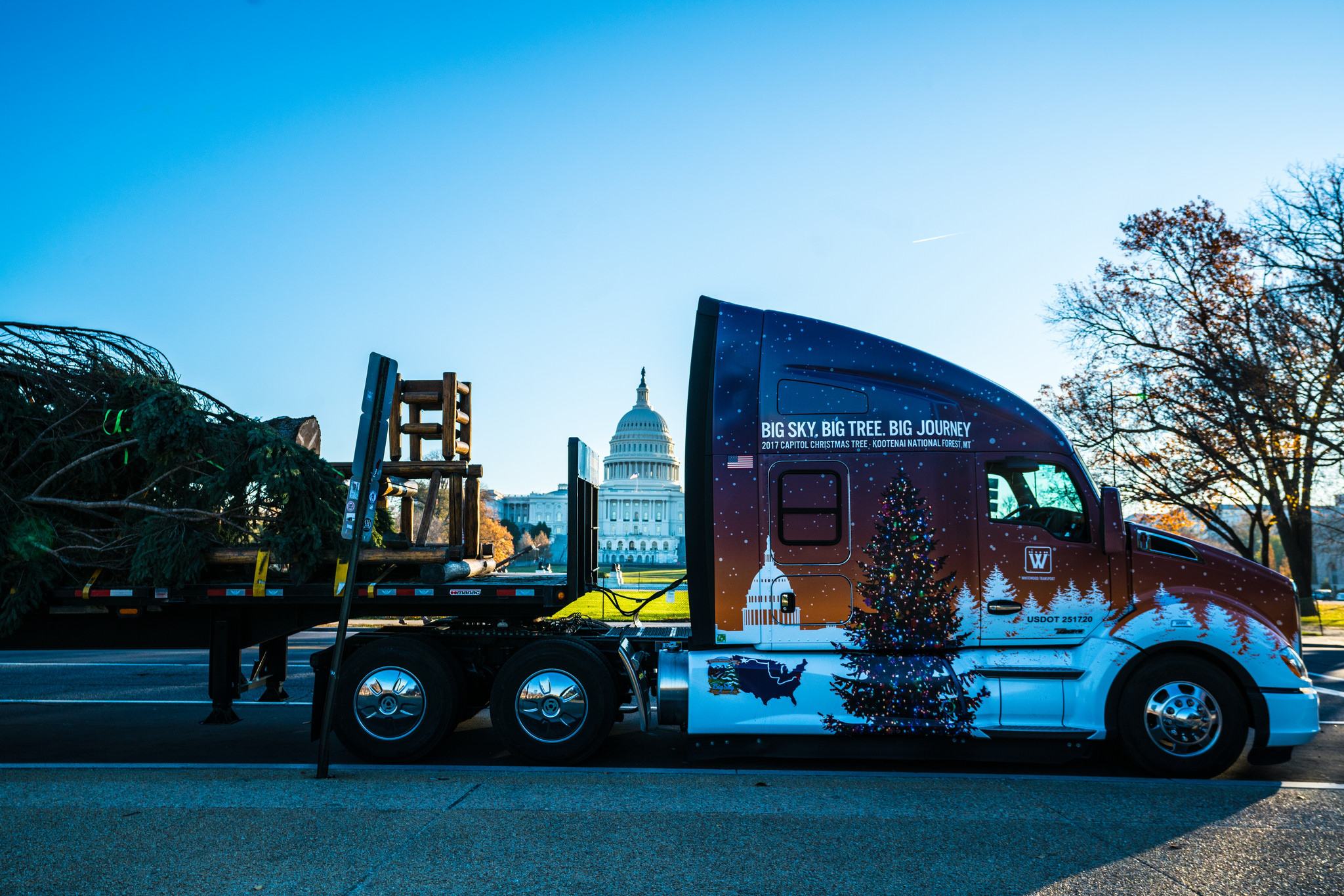 Kenworth T680 Successfully Delivers Capitol Christmas Tree