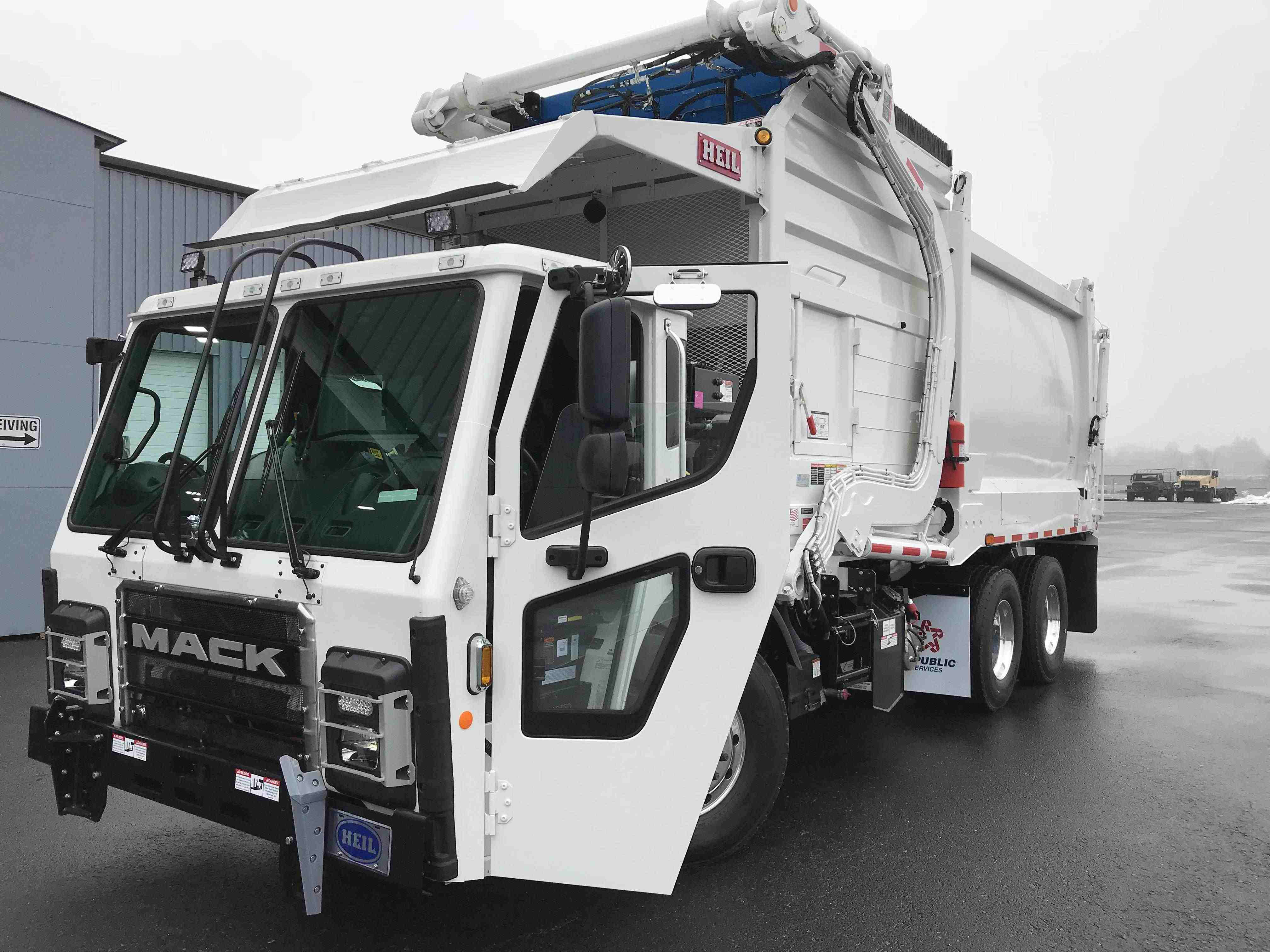 Highlighting the features of the Mack LR model truck