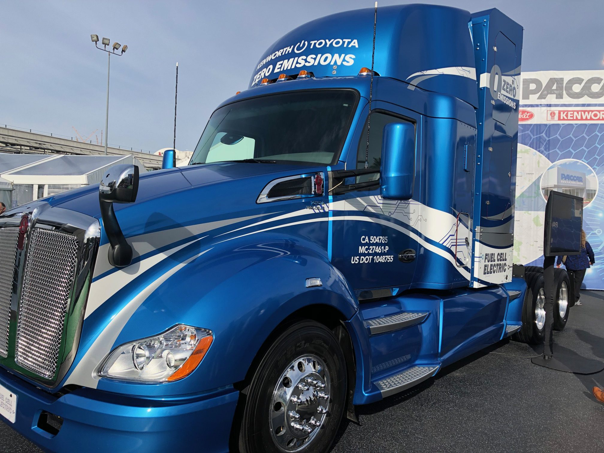 Kenworth T680 converted fuel cell electric power by Toyota